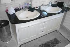 Waschtisch-im-Kollonialstil-mit-Granitplatte