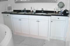 Waschtisch-im-Landhausstil-mit-schwarzem-Granit