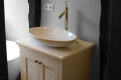Waschtischschrank-mit-ovaler-Keramikschale-im-Kollonialstil