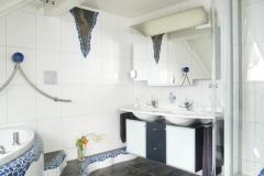 Waschtischunterschrank-anthrazit-farbig-mit-Glastueren